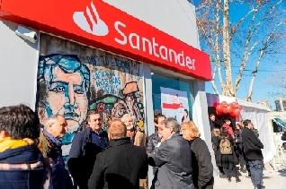 Santander inauguró la primera sucursal de un banco privado en la ex Villa 31